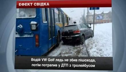 Водій VW Golf ледь не збив пішохода, потім потрапив у ДТП з тролейбусом