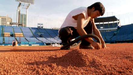 Работники стадиона, которые создают территорию славы для спортивных событий