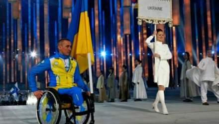 Українські паралімпійці закривають медалі рукою під час нагородження в знак протесту