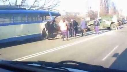 """Біля Сімферополя російський """"Тигр"""" врізався у тролейбус"""