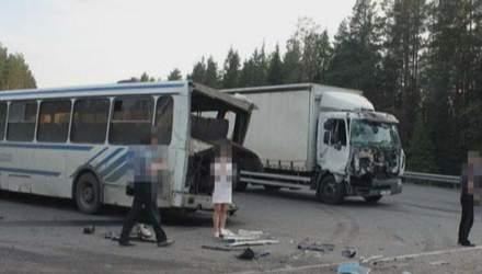 У Росії зіткнулись дві вантажівки та автобус