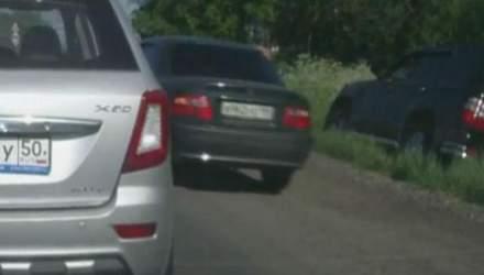 Lexus свалился в кювет, пытаясь объехать пробку