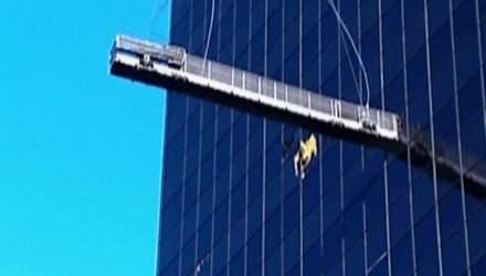 Мийники вікон дивом вижили після аварії на 120-метровій висоті
