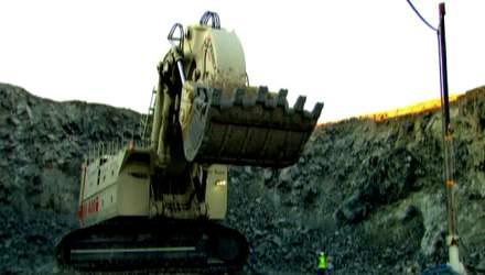 Рекордсмен в мире экскаваторов добывает сотни тонн породы за день
