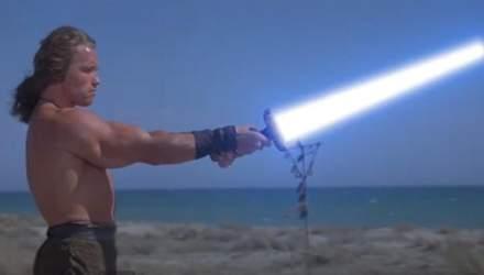 Шварценеггер показал кубики и  поупражнялся со световым мечом