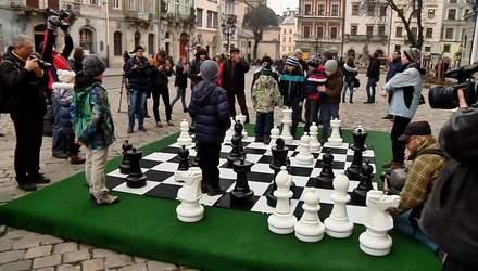 Для детей в центре Львова установили гигантскую шахматную доску