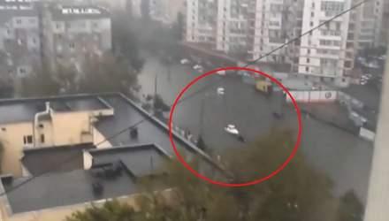 """По затопленій вулиці Одеси """"проплив"""" катер"""