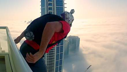 Як екстремал здійснив неймовірний стрибок у хмари з даху будинку