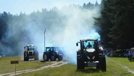 Зрелищные гонки на тракторах состоялись на Черкасщине