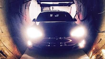 """Илон Маск """"загнал"""" новенькую Tesla в подземный тоннель: фото"""
