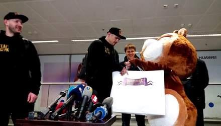 Усика в Киеве встретил хомяк – боксер подумал, что это его друг: теплые кадры