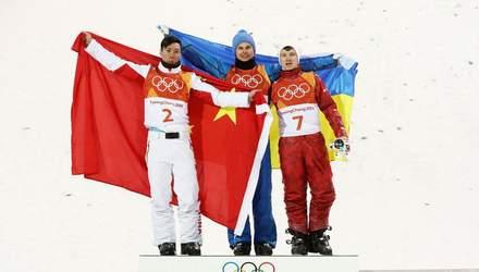 Олімпійський чемпіон Олександр Абраменко обмінявся теплими обіймами з іншими призерами Олімпіади