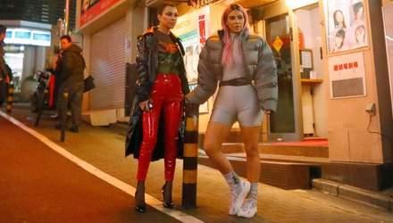 Как будто из будущего: сестры Кардашян поразили Токио необычными нарядами