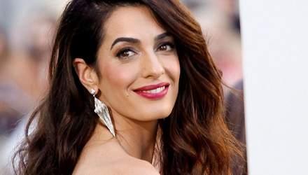 Відверто і сексуально: Амаль Клуні з'явилась на вечірці в мереживному червоному топі