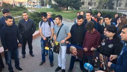 Спектакль для Аксенова: в аннексированном Крыму сожгли портреты западных лидеров