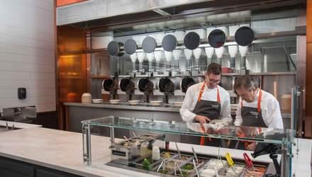 У США відкрили ресторан, де приготуванням їжі займаються роботи