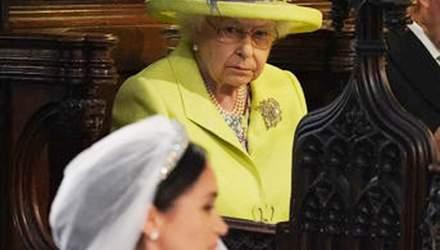 Психолог объяснила яростный взгляд Елизаветы II на свадьбе принца Гарри и Меган Маркл