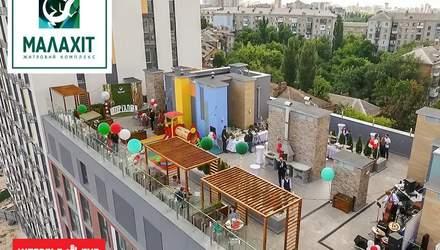 """Выходные на крыше собственного дома: в ЖК """"Малахит"""" открыли лаунж-зону с видами Киева"""