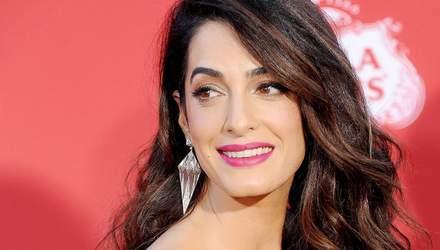 Амаль Клуні приміряла сексуальну оксамитову сукню на світському заході: фото