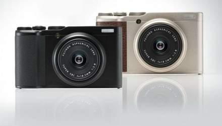 Кишенькова камера Fujifilm XF10, що має сенсорний екран