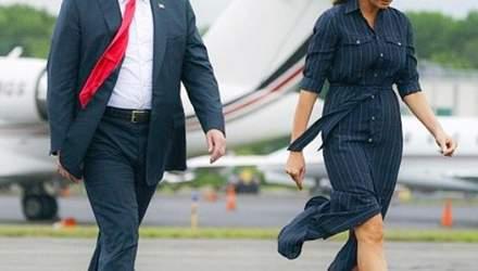 Стильная Мелания Трамп в полосатой рубашке-платье отправилась в поездку с мужем: фото