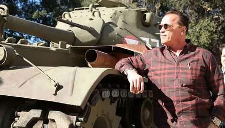 70-річний Арнольд Шварценеггер на танку розчавив авто: відео