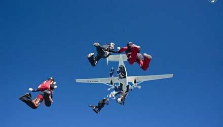 В Украине 57 парашютистов установили мировой рекорд: невероятные фото
