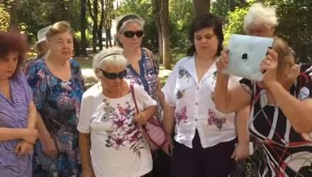 """Люта відповідь на санкції: бабці із """"Загонів Путіна"""" показали, як трощать техніку Apple"""