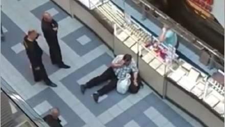 """У київському ТЦ охоронці """"нокатували"""" покупця: відео з місця інциденту"""