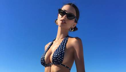 Эмили Ратаковски снялась в соблазнительной рекламе купальников: видео