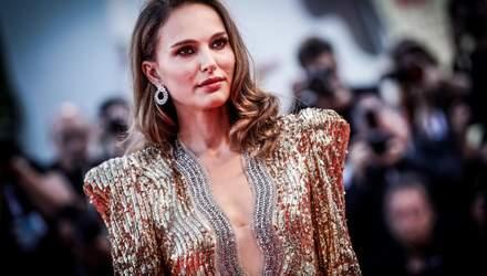 Венецианский кинофестиваль 2018: Натали Портман удивила золотым платьем с глубоким декольте