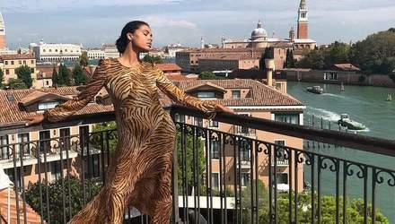 Тина Кунаки посетила Венецианский фестиваль в трендовом платье