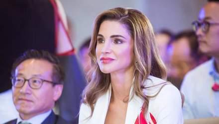 Королева Йорданії вразила стильним вбранням на презентації освітнього проекту: фото