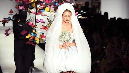 Джиджи Хадид засветила стройные ноги в свадебном платье: фото и видео с модного показа