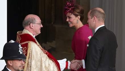 Кейт Миддлтон в ярком платье пришла на королевскую свадьбу: очаровательные фото