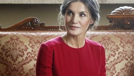 У червоній сукні і на шпильках: королева Іспанії вразила публіку розкішним образом