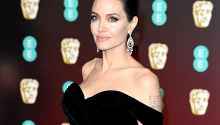 Улыбающаяся Анджелина Джоли в сдержанном наряде прогулялась с дочерью: фото