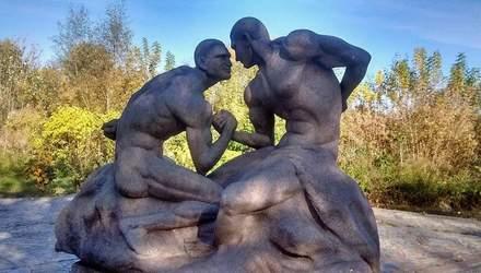 Голих Кличків увіковічнили в неоднозначній скульптурі: фото