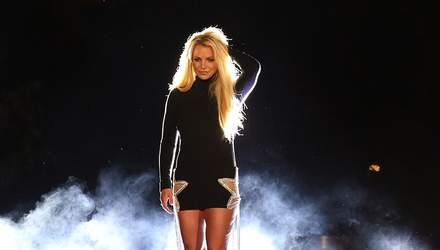 Бритни Спирс засветила стройные ноги в ультракоротком платье: фото