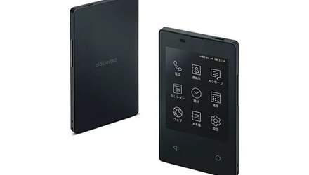 Японцы создали очень тонкий телефон, размером как кредитная карта: фото