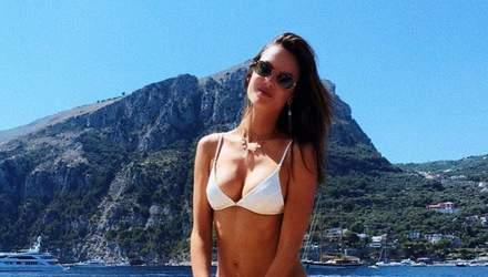 Модель Алессандра Амбросио засветила стройную фигуру в купальнике: пикантные фото