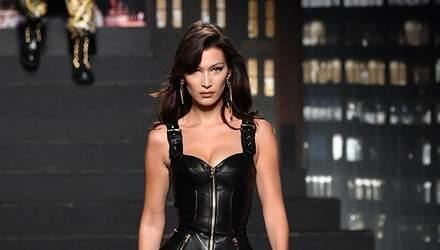 Белла Хадід вийшла на подіум у шкіряній міні-сукні: пікантні фото