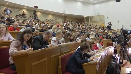 День української мови: як міністри та студенти писали диктант національної єдності