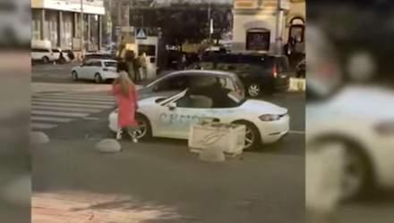 В центре Киева девушка разбила топором Porsche
