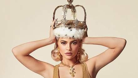 Кайлі Дженнер приміряла образ звабливої королеви: яскраві фото