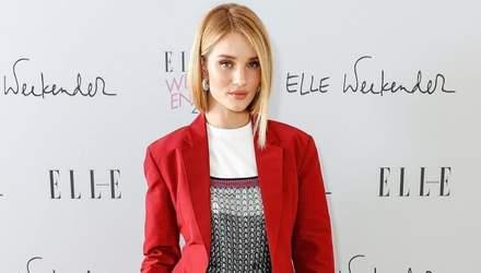 Ставка на червоний: Розі Хантінгтон-Уайтлі одягнула костюм Вікторії Бекхем на лекцію в Лондоні
