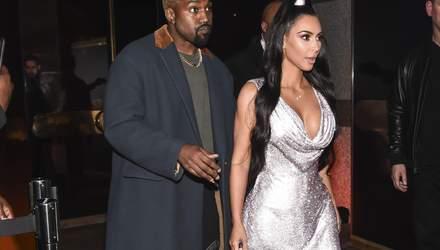 Блискуче міні з відкритим декольте: епатажне подружжя Кім Кардашян і Каньє Вест на шоу Versace