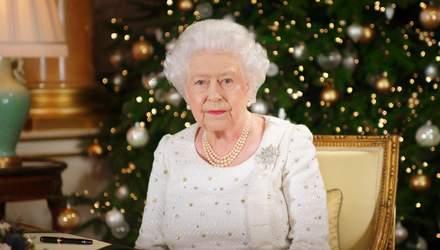 Підготовка до Різдва: як прикрасили Букінгемський палац у Великобританії – відео
