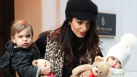Стильна та дбайлива: Амаль Клуні зачарувала мережу знімками з дітьми