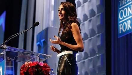 Амаль Клуні у шкіряній спідниці прийшла на офіційний захід: яскраві фото